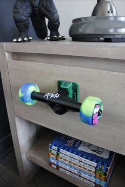 Recyle roda skateboard menjadi gagang laci.