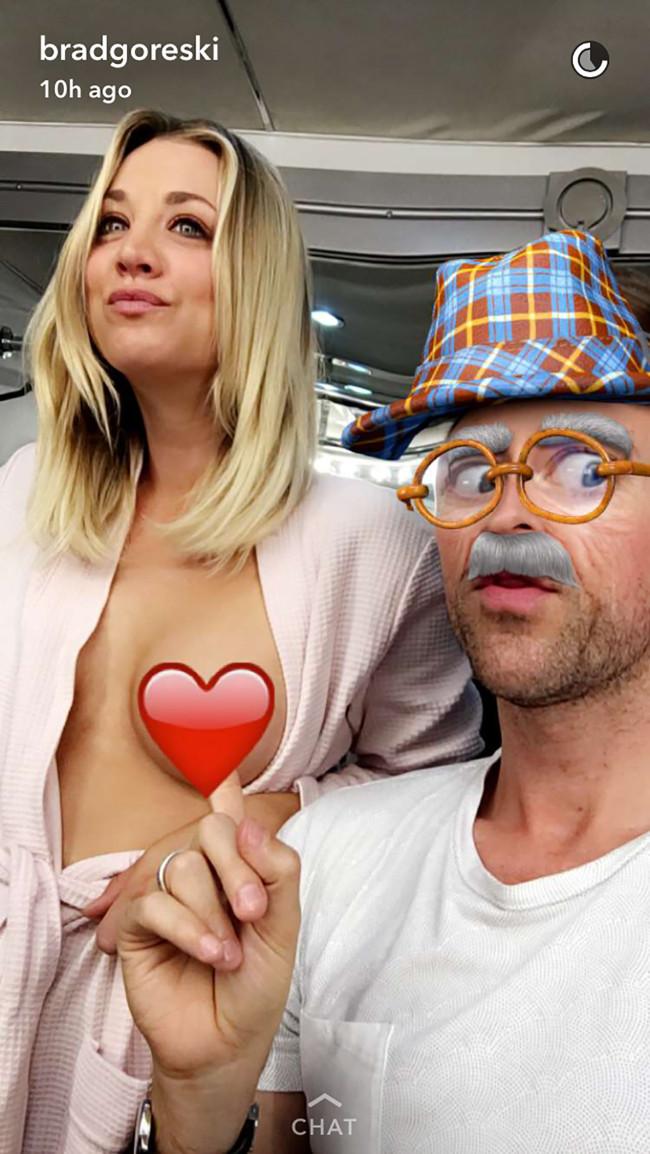Kaley Cuoco mostra o seio no Snapchat