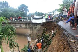 Antisipasi Banjir Susulan  Warga Radom Barat Gotong Royong