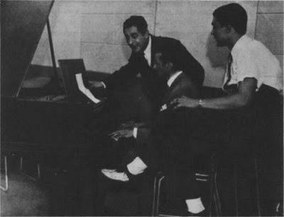 Osvaldo Pugliese, con los cantores de su orquesta Roberto Chanel (izq_) y Alberto Moran (der_)-1946
