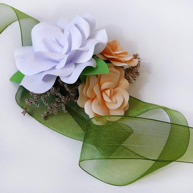 Pulsera con flores de papel dama de honor