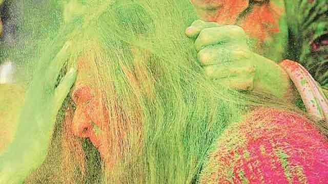 होली के रंगों से बालों को बचाने के लिए टिप्स