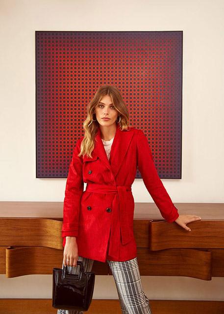 Девушка в красном жакете с поясом и клетчатых брюках