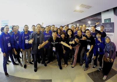 Foto bersama peserta Finhacks 2017 dengan jajaran pimpinan Bank Central Asia