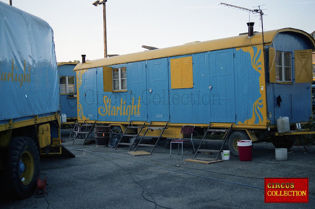 ancienne roulotte de chantier peinte aux couleurs du cirque