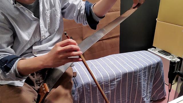 刃の背の部分を弓で擦ります