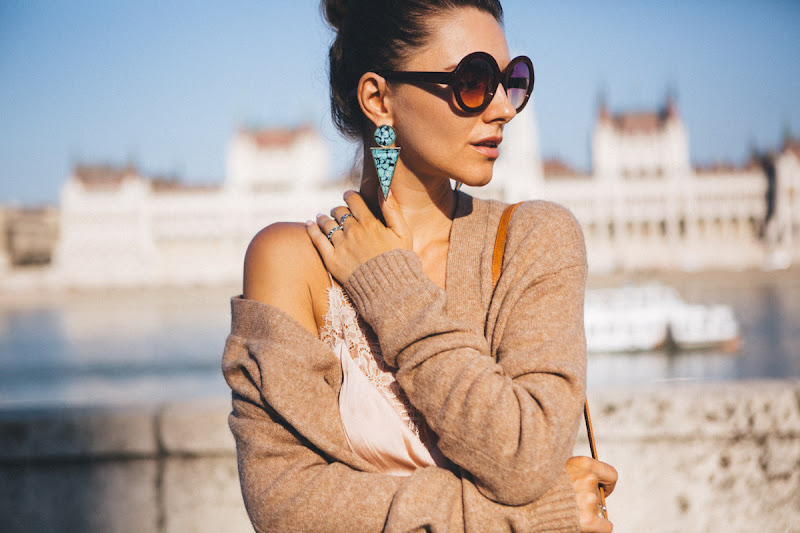 свитер и бельевой топ образ