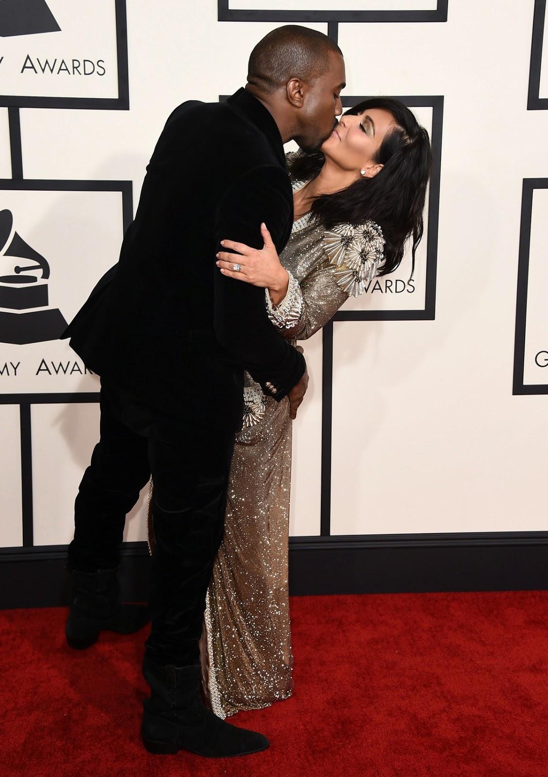 Kim Kardashian usava um roupão de banho no Grammys