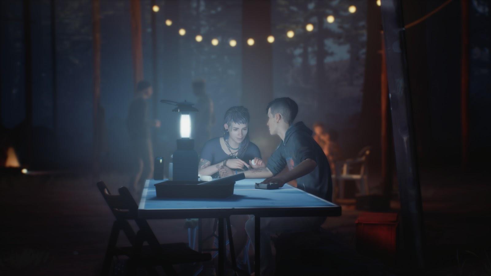 Cassidy tetoválja Sean alkarját a táborban, éjjel.
