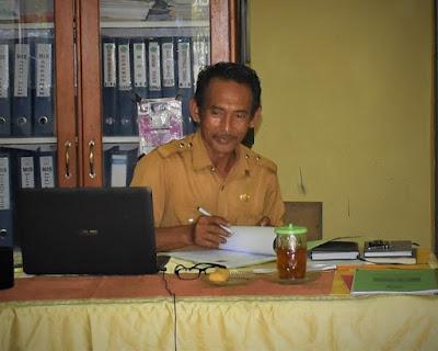 Demi Pengembangan Literasi, Kepala Madrasah ini Tukangi Sendiri Pembangunan Pondok Baca di Madrasahnya