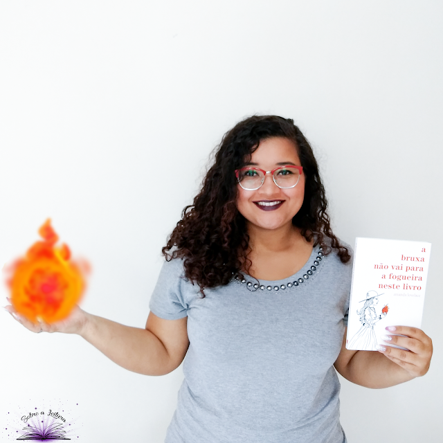 blogueira Priscila com o livro A bruxa não vai para a fogueira neste livro