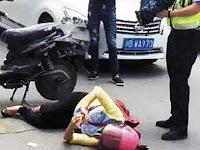 Terlibat Kecelakaan, Wanita Ini Malah Sibuk Update Status
