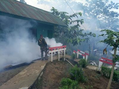 CEGAH MALARIA, PRAJURIT SATGAS YONIF 126/KC LAKUKAN FOGGING DAN PENYULUHAN
