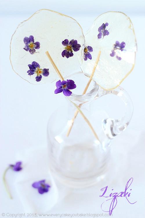lizaki fiołkowez zatopionymi kwiatkami fiołka