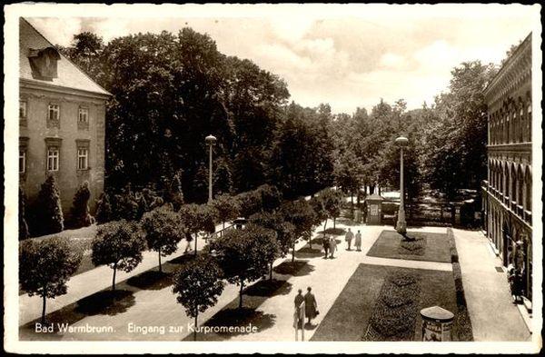 Plac Piastowski, po lewej pałac a po prawej Pawilon Lalka