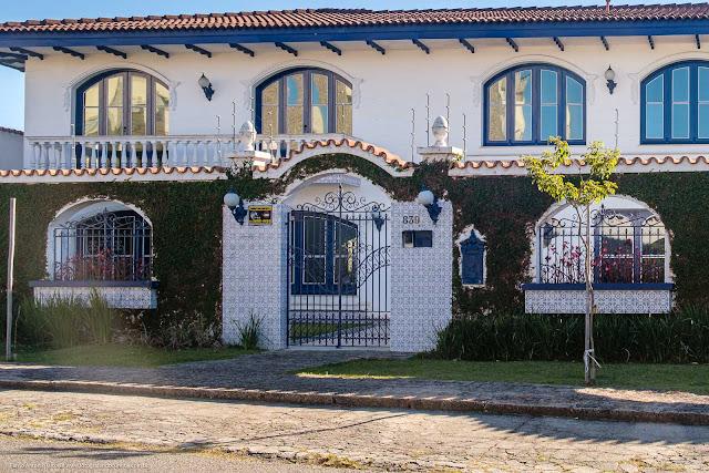 Casa com estilo colonial na Rua Guaratuba - detalhe portão e muro