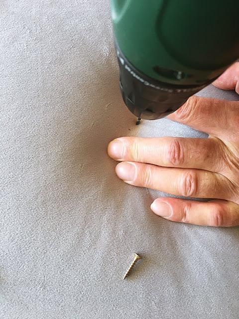 Przed wbiciem gwoździ delikatnie nawierć dziurki pod wkręty.