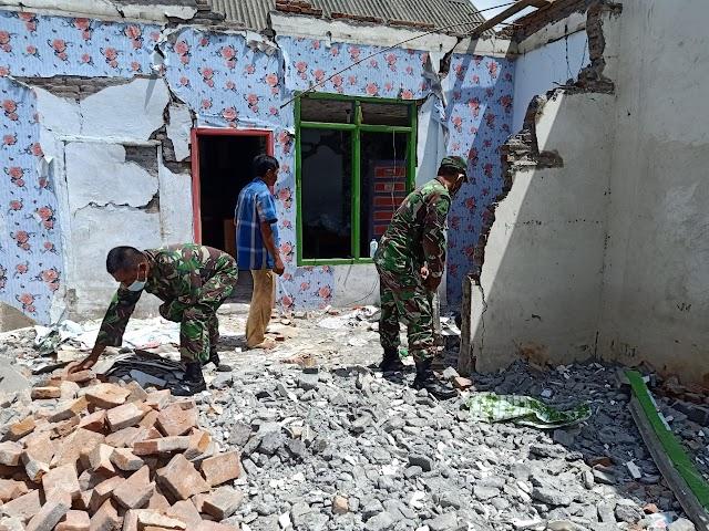 Koramil 0821/17 Pasrujambe Karya Bakti Bersihkan Puing Bangunan Rumah Dampak Gempa