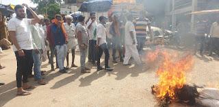 युवक कांग्रेस ने  बेतहाशा बिजली कटौती ओर पेट्रोल-डीजल की मुल्यव्रद्धि को लेकर सोंडवा ओर छकतला में प्रधानमंत्री मोदी का पुतला फूंका