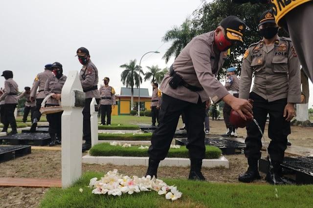 Upacara Ziarah Taman Makam Pahlawan Dalam Rangka Hari Bhayangkara Ke – 74 Tahun 2020