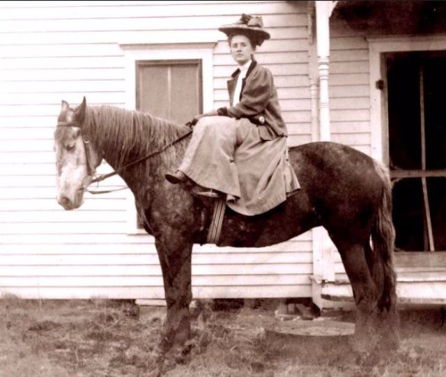 22 Amazing Vintage Photographs Of Women Riding Side Saddle