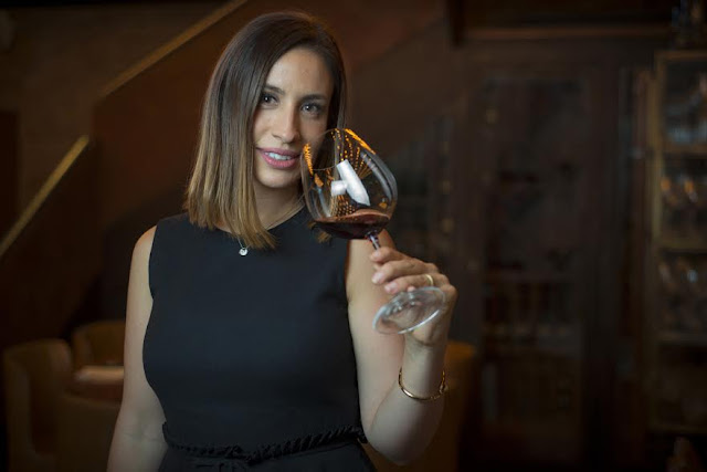 Imagem da sommelier Cecília Aldaz, que apresenta o programa Um Brinde ao Vinho.