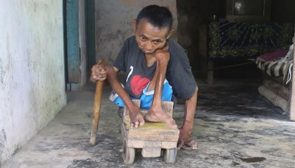Mohon Doa ! Kisah Kakek Ini Alami Lumpuh 47 Tahun, Gunakan Mobil-mobilan Pengganti Kursi Roda. Semoga Cepat Sembuh Penyakitnya Aminn