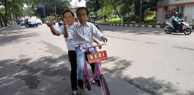 """""""Jokowi"""" Dan """"Prabowo"""" Boncengan Naik Ontel Di Medan"""