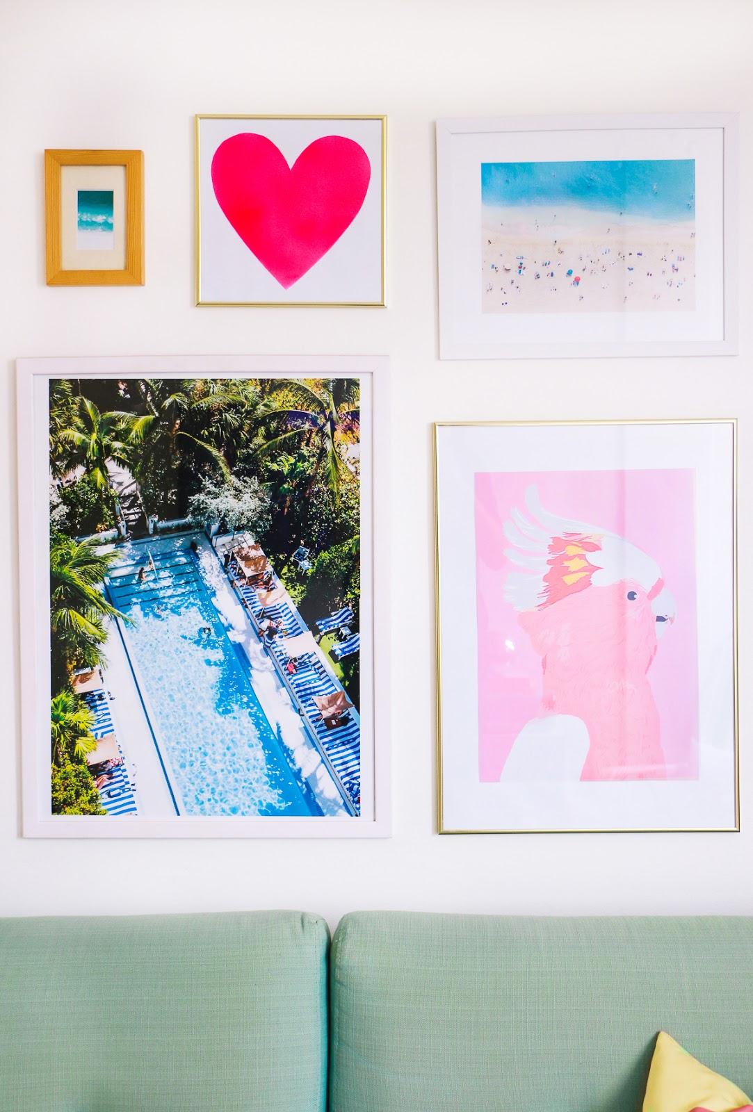 parede de quadro com fotografia e ilustração na sala