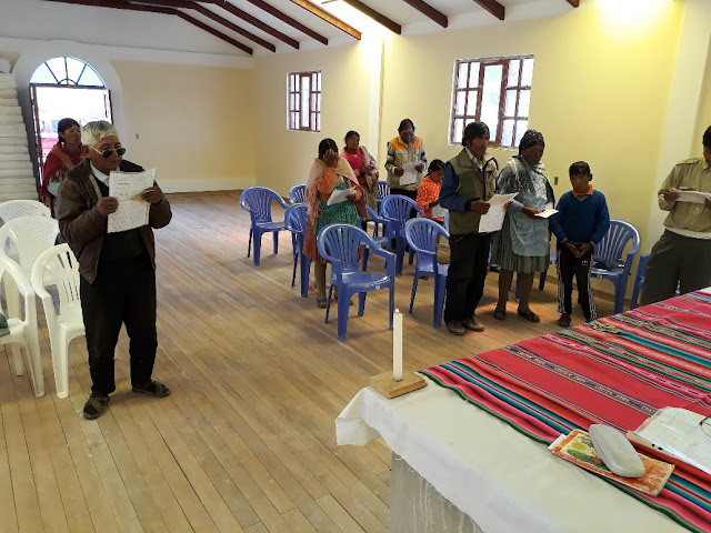 Unser Kapellenbau in Kollpani macht Fortschritte. Mittlerweile wurde schon der Holzboden verlegt. Da macht der Gottesdienst noch mehr Freude, auch wenn nicht allzu viele Gläubige kamen. Es ist ja Ferienzeit und die Leute sind auf Besuchsreise in den Städten.