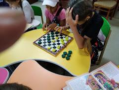 Девочки играют в шашки школьный лагерь Усмішка бібліотека-філія №4 М.Дніпро