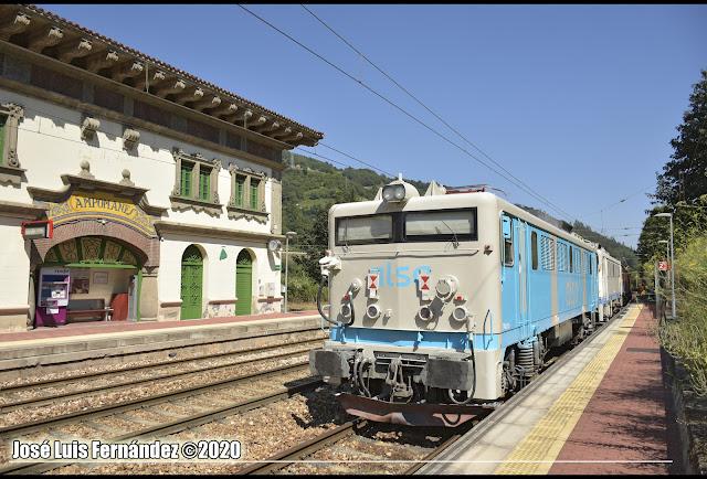Traslado de las locomotoras a su paso por Campomanes. Fotografía de José Luis Fernández García.
