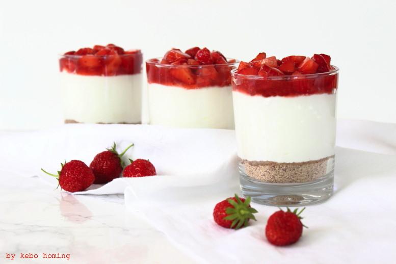 Ein sommerliches Dessert, Quarkcreme mit Erdbeersalat und Keks-Schoko-Boden, das Rezept auf dem Südtiroler Food- und Lifestyleblog kebo homing, foodstyling & photography