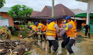 Desa Managen Banjir , Brimob Batalyon C Sumut Turun ke Lokasi Lakukan Evakuasi