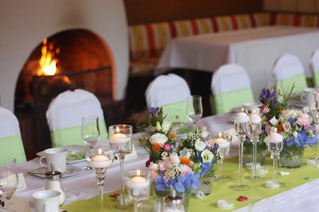 Kaffeetafel am Kamin Frühlingsdekoration Herbsthochzeit mit bunten Wiesenblumen im Hochzeitshotel Garmisch-Partenkirchen Riessersee Hotel Bayern, heiraten in den Bergen