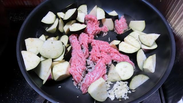 フライパンを熱してなす、ひき肉、にんにくをフライパンで一緒に炒め合わせます。