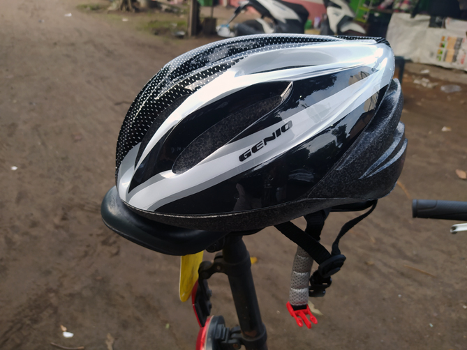 Menggunakan helm sepeda Genio untuk gowes akhir pekan
