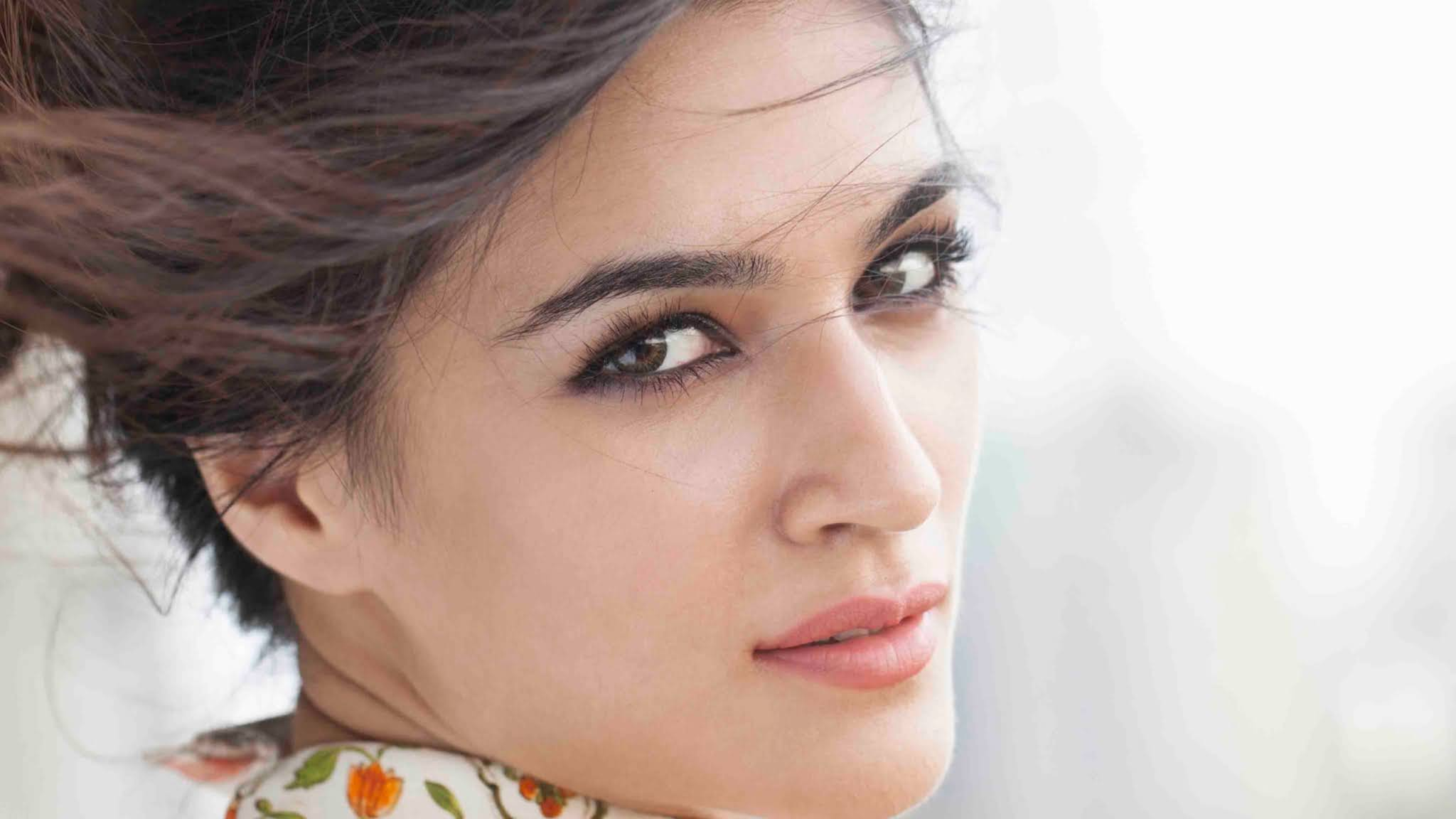 KRITI SANON - THE SECRETS OF HER BEAUTY ARE MORE OPEN THE DIET AND MAKEUP