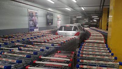 Auto mal estacionado en un supermercado en Argentina