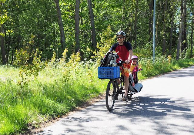 xtracycle, perhepyora, cargo bike, cargo pyora, pitka tarakka, iso pyora, pitkaperainen pyora, kaksi lasta pyoran kyytiin, pyoraily helsingissa, kesapyora, pyoraretki, lapset pyoran kyydissa, pyoran sivulaukku