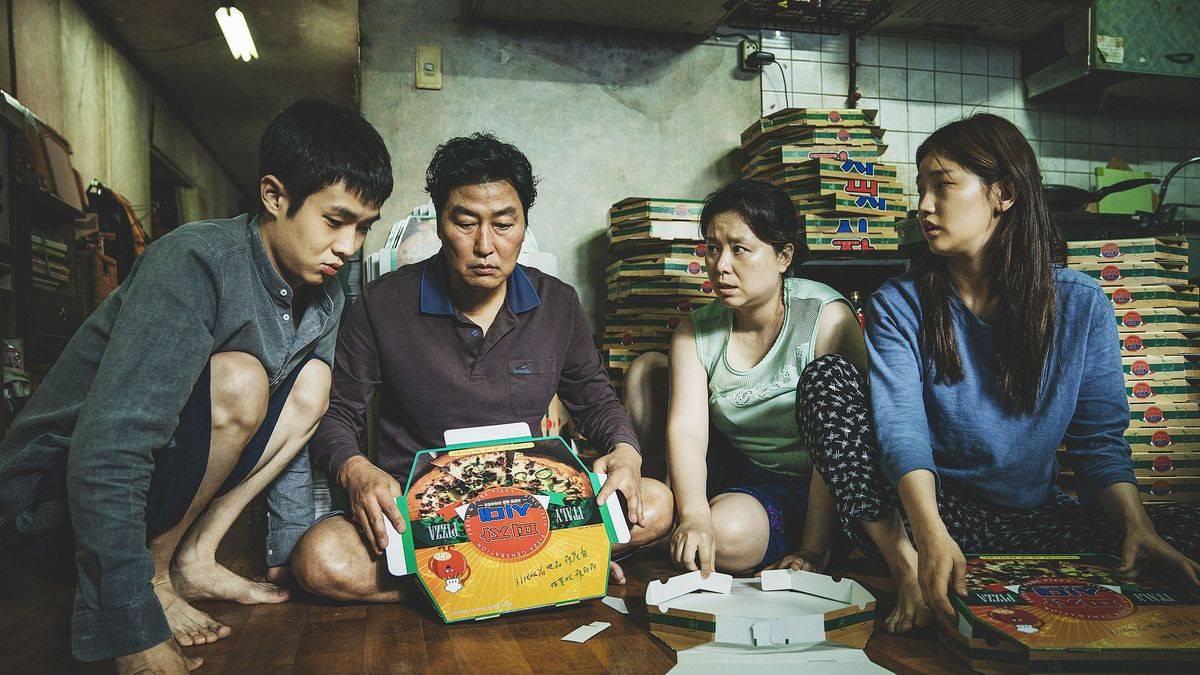 keluarga Kim saat melipat pizza