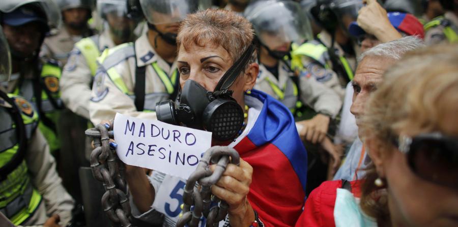 Ancianos marchan contra Maduro; fueron dispersados con gas pimienta
