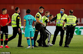 photos and video - Barcelona suffered a pitch invader despite game being behind closed doors