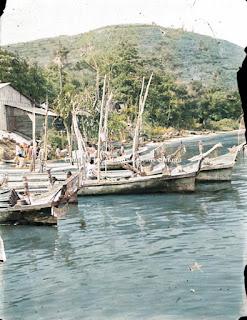 perahu yang digunakan orang-orang saat hari pekan untuk menyebrang antar pulau ke parapat