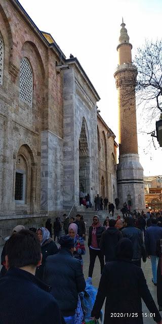 Vakti zamanında bir ihtiyardan dinlediğim Bursa Ulu Cami mimarilerinin minare hikayesi;