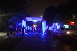 Nem a noite fria de sábado (18) tirou o ânimo dos mais de 500 participantes da etapa 'Teresópolis By Night 2016'
