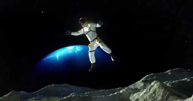 Triton uydusu, Neptün'ün etrafında döner ve düşük bir çekim gücü vardır.