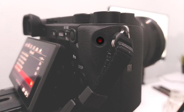 Tombol merekam video di kamera sony a6400