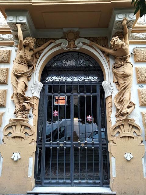 figure femminile adornano il portale d'ingresso