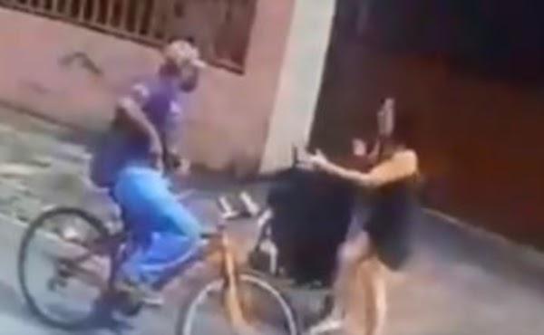 Indigna el triste video de sujeto que acosó a mujer levantándole la falda en plena calle.